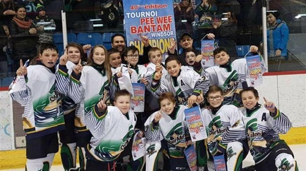 Club piscine remporte la banni re du pee wee a for Club piscine st jerome