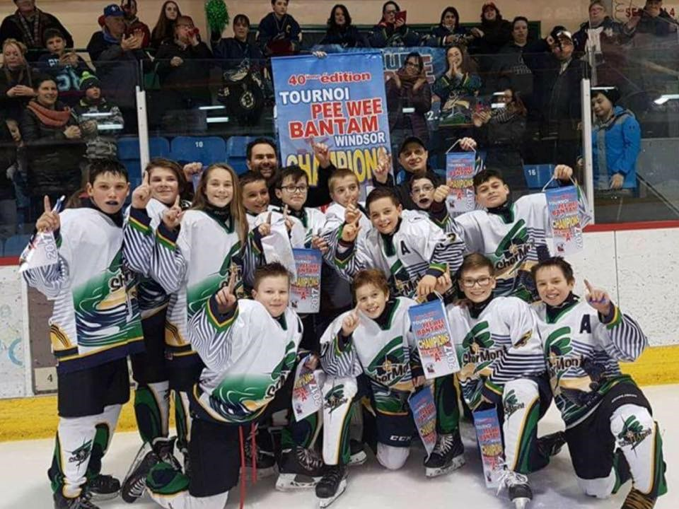 Club piscine remporte la banni re du pee wee a for Club piscine vaudreuil
